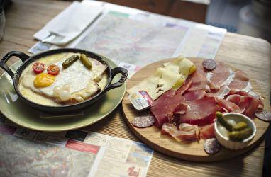 assiette valaisanne et croûte au fromage
