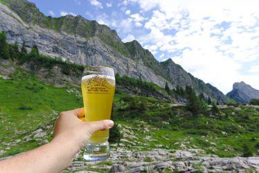 une bière de fin de randonnée avec vue
