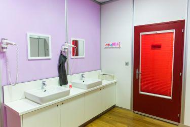 salle de bain tout en couleur